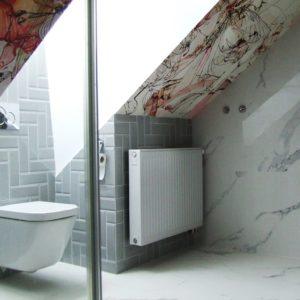 Realizacja pięknej łazienki z tapetą