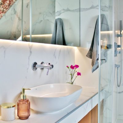 Łazienka z tapetą na skosie